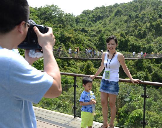 五一劳动节:亚龙湾热带天堂游人如织