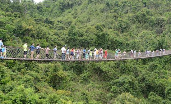 江龙索桥、热带天堂广场等著名景点倍受游客青睐