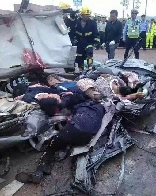 乐平市一货车侧翻压埋轿车 致6人死亡(图)