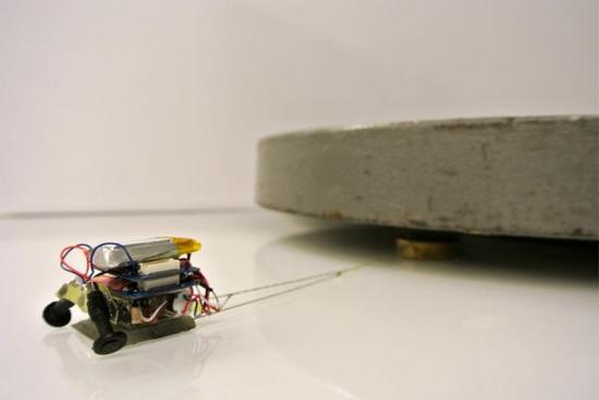 火柴盒大小机器人展神力 可拖动2000倍重物