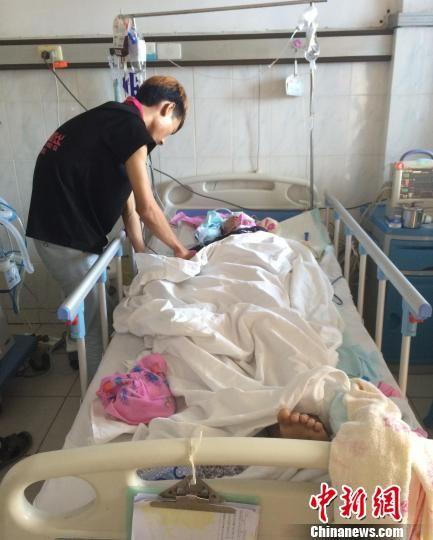 5月3日,家属在合浦县人民医院内照顾伤者劳某豪。