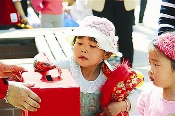 幼儿园小朋友卖玩具挣钱为妹妹治病