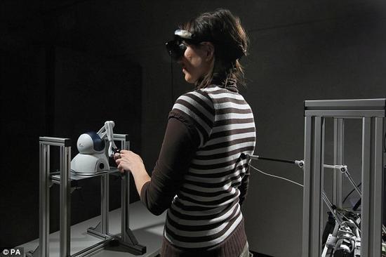 """在实验中,科学家招来了""""人造鬼"""",以至于两位志愿者要求停止实验。通过改变和混乱志愿者大脑的信号,让他们感觉到自己的身后有爬行的""""事物""""。他们声称发现了四个幻影,但其实那个位置没有任何人。"""