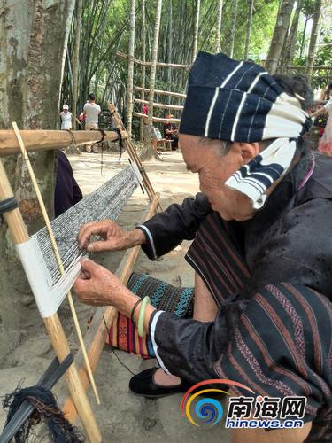 槟榔谷景区的黎族阿婆展示黎锦制作技艺。