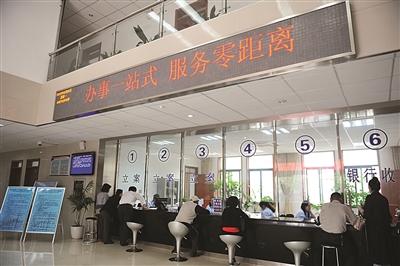 南京浦口法院设立一站式服务接受立案。任国勇 摄