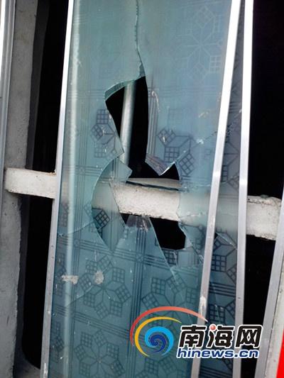王某波家里的玻璃窗被砸坏(南海网记者 刘培远 摄)