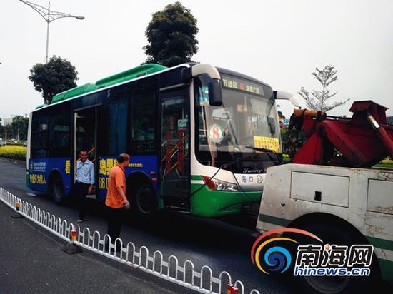 起火的公交车将被拖走(南海网记者 刘培远 摄)