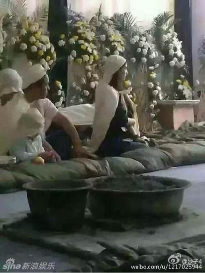 黄圣依披麻戴孝,旁边坐着的小男孩被猜测是她和杨子的儿子