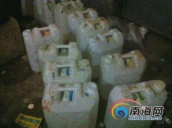 装有制假所用添加剂的塑料桶(南海网记者高鹏摄)