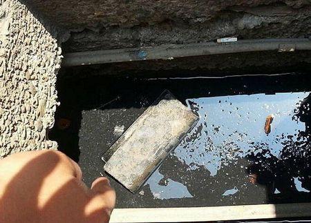 简姓男子涉嫌偷取一只名牌包,将里面新台币900元拿走后,把市值约3万元的包包丢弃水沟,被害人看了心凉一截,大骂不识货。