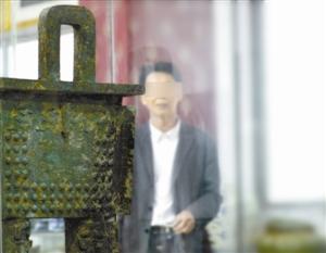 洪大超和他收藏的青铜器。