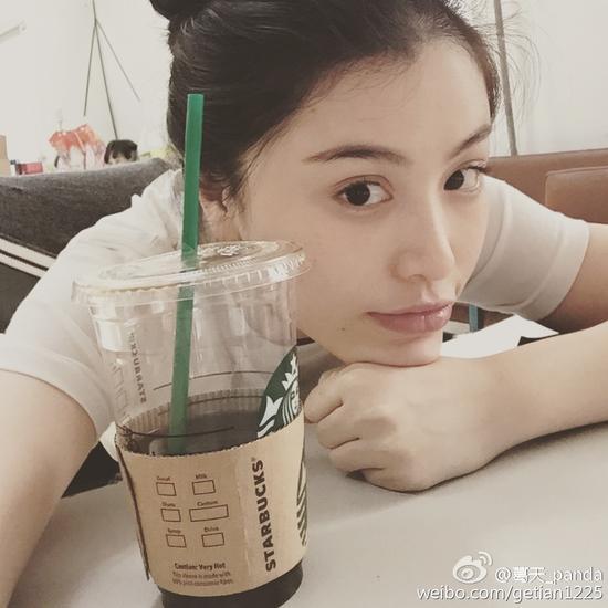 葛天喝咖啡