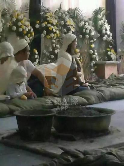 楊子父親去世 黃聖依攜小男孩陪同出席葬禮