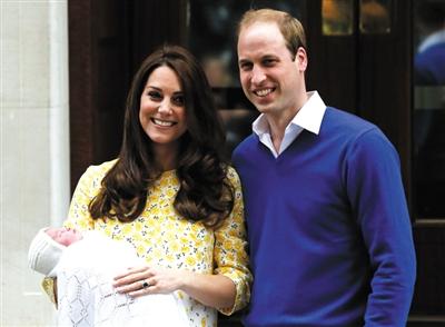 凯特王妃和威廉王子抱着夏洛特小公主初次呈现