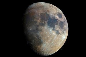 摄影师用32000张照片合成了超清晰月亮照片