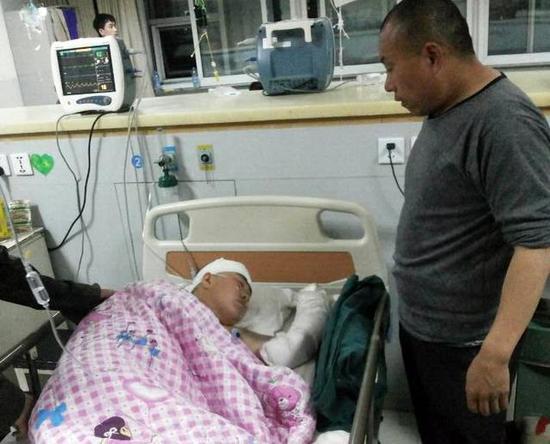吕某受伤最重,手臂骨折,昏迷不醒。