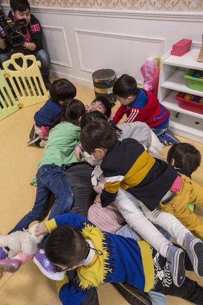 《爱上幼儿园》张若昀和小朋友玩耍
