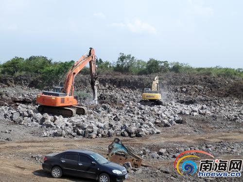 两台采石设备炮机正在无证采石场进行作业。