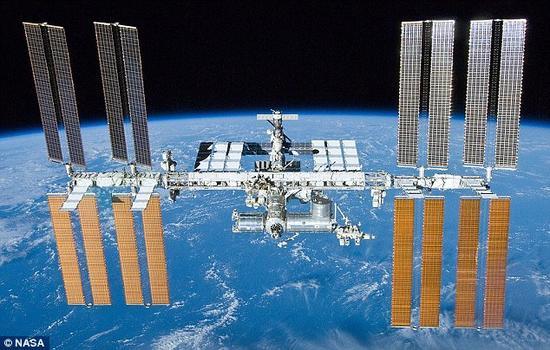 """日本理化学研究所的科学家的论文刊登在《宇航学报》上。他们提议的激光系统将利用空间站上日本""""希望""""号实验舱极限宇宙天文台(EUSO)的超大视场望远镜搜寻和锁定太空垃级<b"""