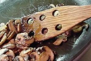 科学家称不粘锅材料存在潜在危害