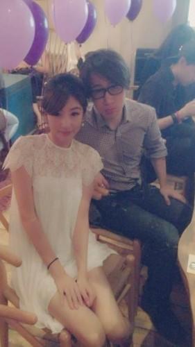 新浪娱乐讯 刘谦与女友王希怡相识于朋友聚会,两人相处多年,感情稳定。5月5日下午,刘谦公布喜讯,与女友领证结婚。