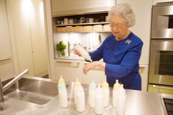 英國女王為夏洛特小公主餵奶換尿布照曝光(圖)
