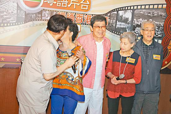 """薛家燕和谭炳文重演从前粤语片""""借位""""拍亲吻戏的情景。"""