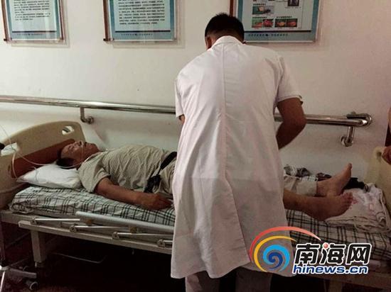 旅游大巴车司机送至三亚市人民医院,记者采访时仍旧昏迷