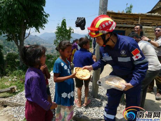 三亚救援队队员们向受灾儿童发放食物 救援队员林理源供图