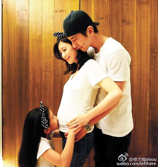 大腹便便的贾静雯与女儿以及男友修杰楷