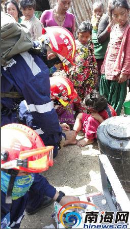 三亚救援队队员们救治受伤儿童 救援队员林理源供图