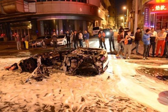 沈阳一白色兰博基尼自燃烧毁,价值400多万。