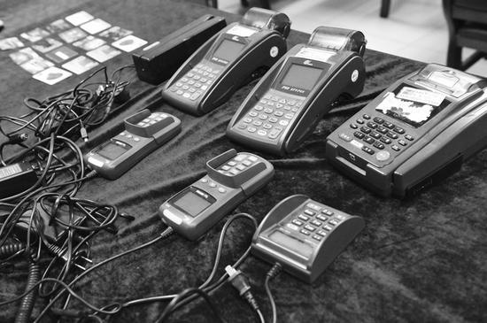 广东警方破获一起盗刷银行卡案,缴获了克隆卡、POS机等作案工具。