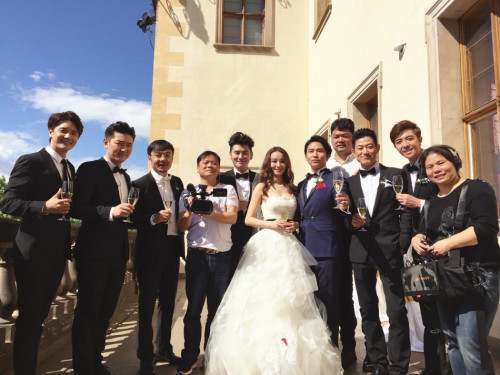 """新浪娱乐讯 7日上午,欧弟和妻子郑云灿在被称为""""爱情圣地""""的捷克首都布拉格举办了浪漫唯美的婚礼。"""