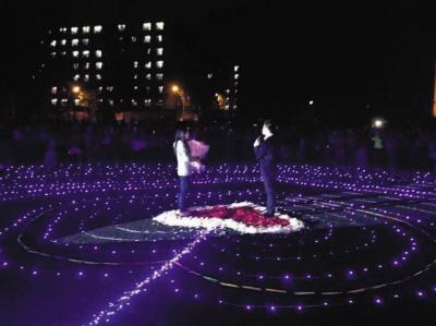 已经毕业的男生向即将毕业的女生浪漫求婚。