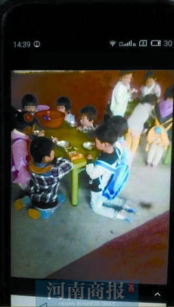 孩子们在跪着吃早餐