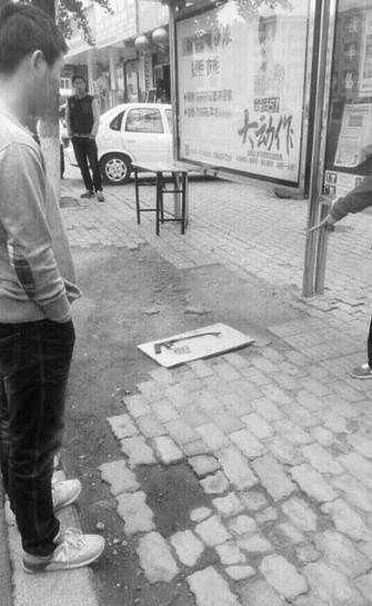 男子持钢锯上公交对司机大打出手