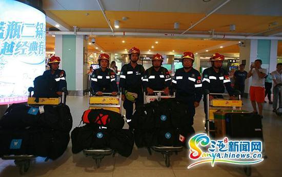 5月8日晚,三亚救援队第一梯队的6名队员抵达三亚凤凰国际机场。