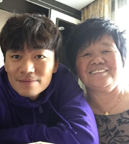 王宝强超像妈妈