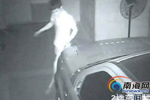 监控拍下了行窃的犯罪嫌疑人。(视频截图)