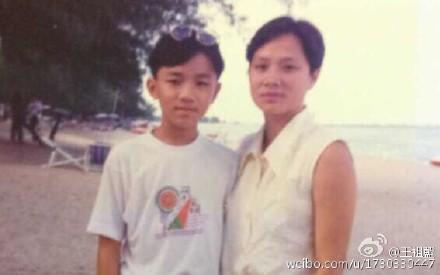 王祖蓝小时与妈妈