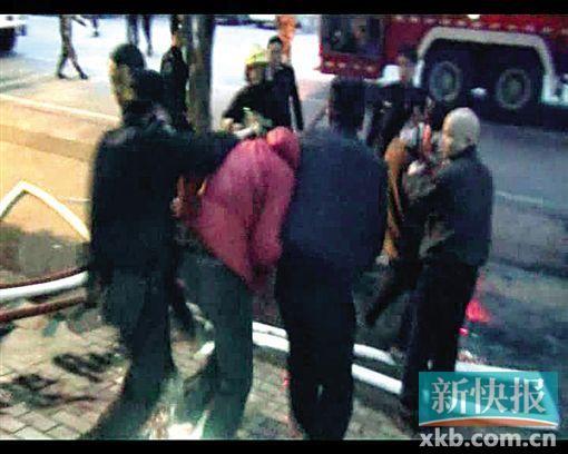 抓获嫌疑人(穿红衣者)。通讯员供图