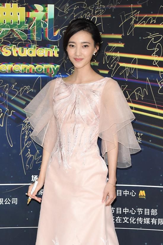 素颜女神王丽坤身着一袭淡粉色欧根纱礼服长裙优雅亮相红毯,淡雅妆容