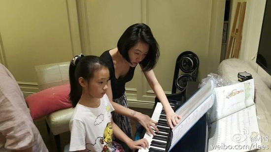 小S辅导女儿弹钢琴
