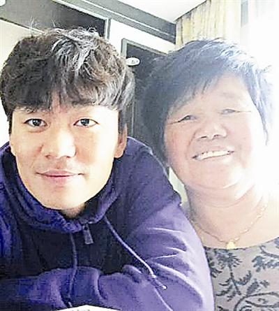 王宝强与母亲合照