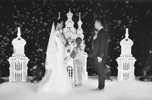 ■陈奕博主持婚礼几乎没有过失误。本报记者 杜倩倩 南开宇 摄