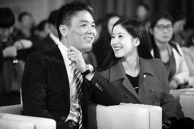 刘强东(左)与奶茶妹妹章泽天