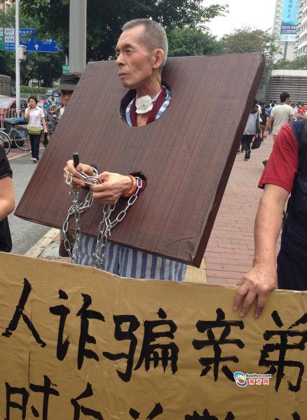 11日上午,张兴坤在亲友搀扶下走上街头公开忏悔。