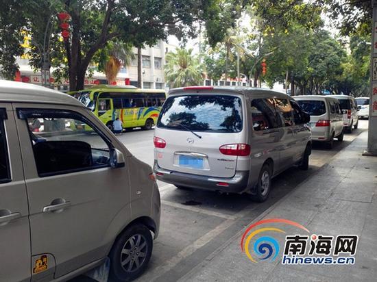等待拉客黑出租车(南海网记者 刘培远 摄)