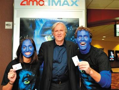 詹姆斯·卡梅隆在《阿凡达》上映期间与观众合影